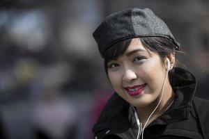 cool asiatisk kvinna i staden. foto