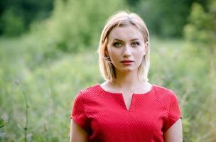 flicka i en röd klänning på naturen