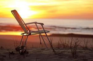 solstol på en strand foto