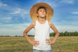 porträtt av bondpojke på skördat fält