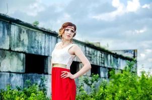 attraktiv mode modell nära tegelvägg foto