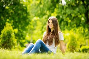 den unga kvinnan att tillbringa en avkopplande dag i naturen foto