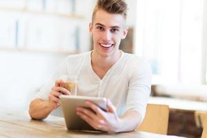 ung man använder digital tablet foto