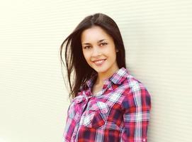 porträtt av ganska ung kvinna i casual rutig skjorta