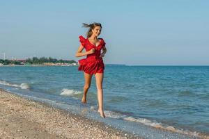 ung kvinna springer på havet foto