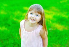 porträtt av leende barn liten flicka att ha kul på sommaren