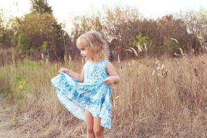 rolig tjej som dansar på gräsmattan foto