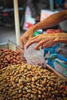jordnötter till salu i Medan, Sumatra, Indonesien foto