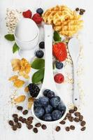 hälsosam frukost. Havsflinga, bär, kaffe. hälsa och kost foto