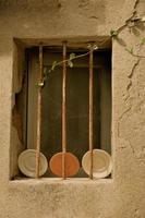 terrakotta i ett franskt fönster foto