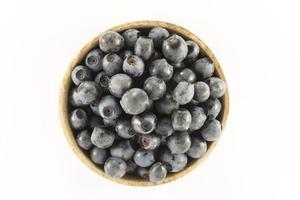 blåbär i en rund träform foto