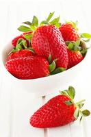hemodlade jordgubbar i korg foto