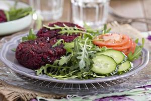 veganska hamburgare med rödbetor och bönor foto