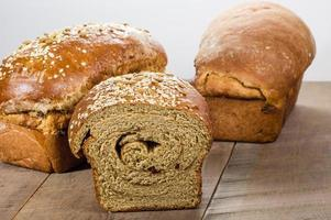 bröd med färskt fullkornsbröd foto