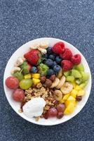 färska livsmedel för en hälsosam frukost - bär, frukt, nötter foto