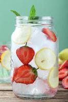 is lång dryck jordgubbe och citron foto