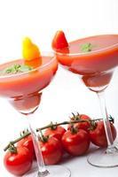 smoothies gjord av färsk tomatsaft, med grön basilika foto