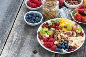 ingredienser för en hälsosam frukost - bär, frukt, müsli foto