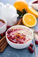 havremjöl för julmorgonfrukost med tranbär foto