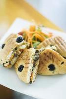 rostat olivbrödsmörgås med rostade grönsaker foto