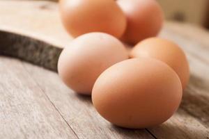 ägg på träbakgrund foto