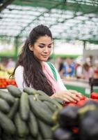 ung kvinna på marknaden foto