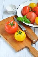 färska mogna tomater, selektiv fokus foto