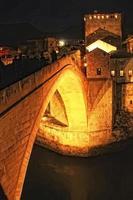 stari mest på natten, mostar, bosnia och hercegovina foto