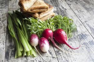 färska grönsaker och smörgåsar foto