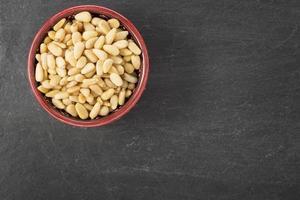 skål med pinjenötter foto