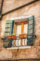 byggnader med traditionella venetianska fönster i Venedig, Italien foto