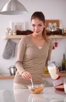 le attraktiv kvinna som äter frukost i kökinredning