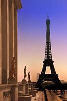 eiffeltorn och silhuetter av skulpturer. utsikt från trocadero foto