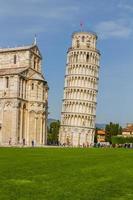 lutande tornet och Pisa domkyrka på en sommardag foto
