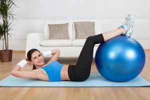 kvinna som tränar med träningsboll foto