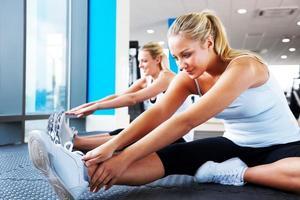 unga kvinnor som gör stretchövningar foto