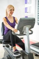 kvinna som tränar i gymmet. foto