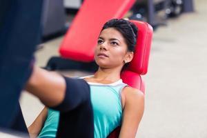 kvinna träning på övningar maskin foto
