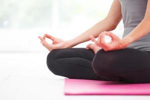 ung vacker kvinna som gör yoga. foto