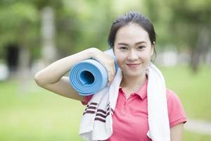 ung kvinna med en yogamatta