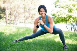 sportig kvinna gör stretching motion foto