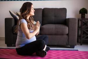 yoga, meditation och graviditet foto