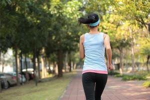 kvinna morgon övning jogging på park foto