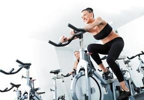 kvinna veloargometer gim fitness foto
