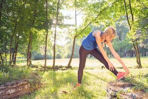 stretching efter träning / jogging i parken. foto