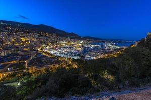 Flygfoto över Monaco strax efter solnedgången foto