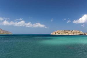 blå himmel, hav och ö foto