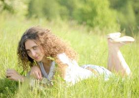 flicka i gräset foto