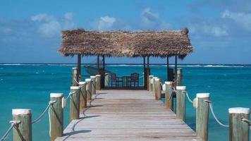 brygga går ut till Karibiska havet foto