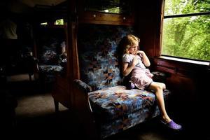 flicka på vintageståg foto